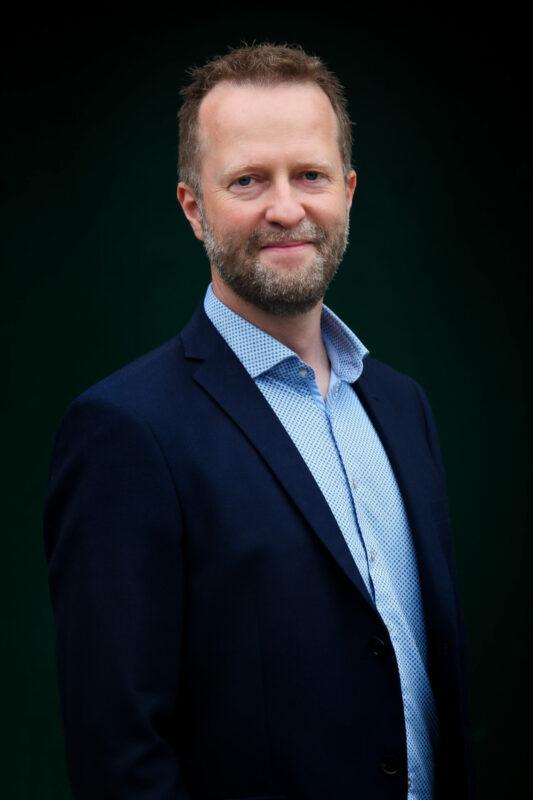 Portrætfoto af mand i jakkesæt til jobansøgning