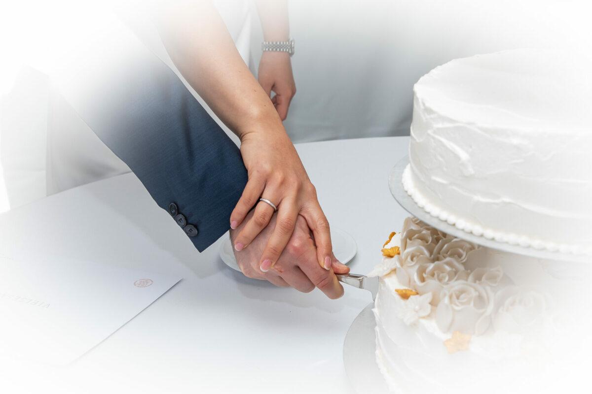 Brudepar skærer bryllupskagen ud