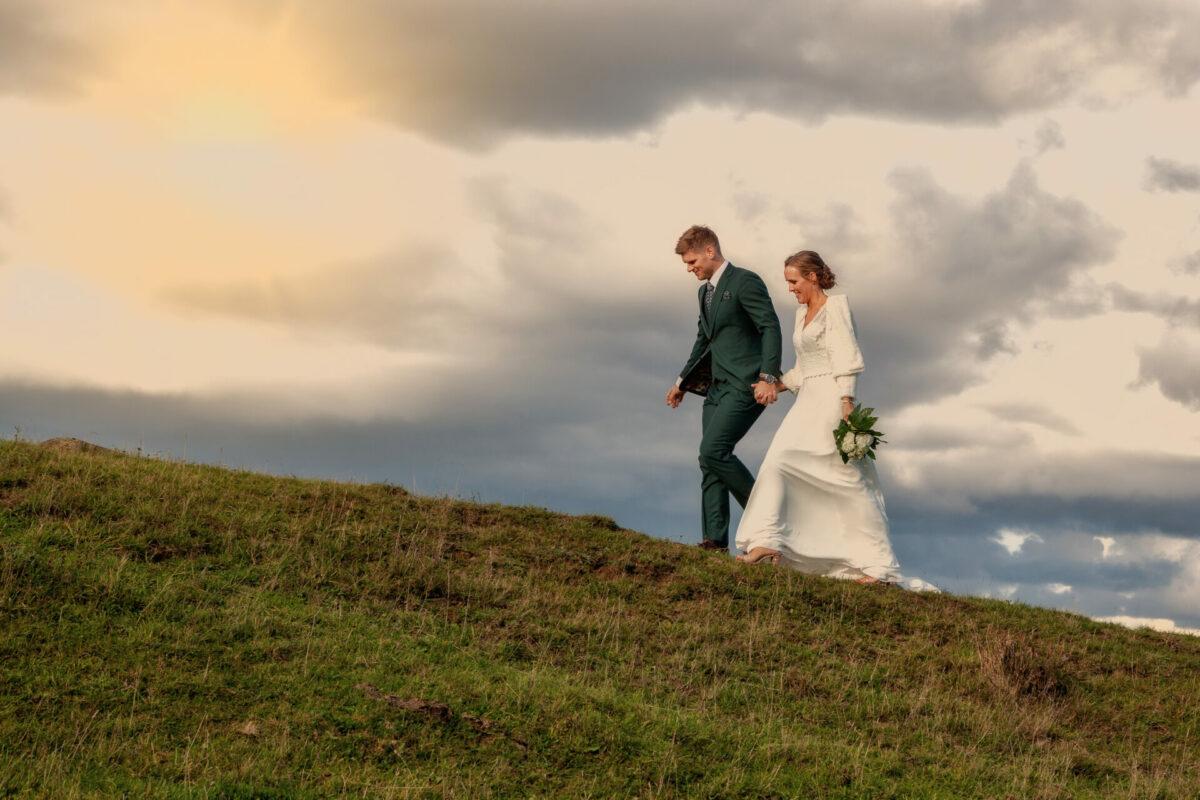 Brudepar går op ad bakken ude i marken
