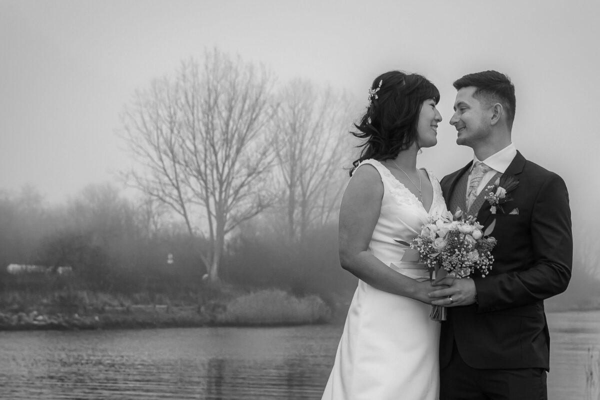 Officielt bryllupsbillede af nygift par i sort hvid