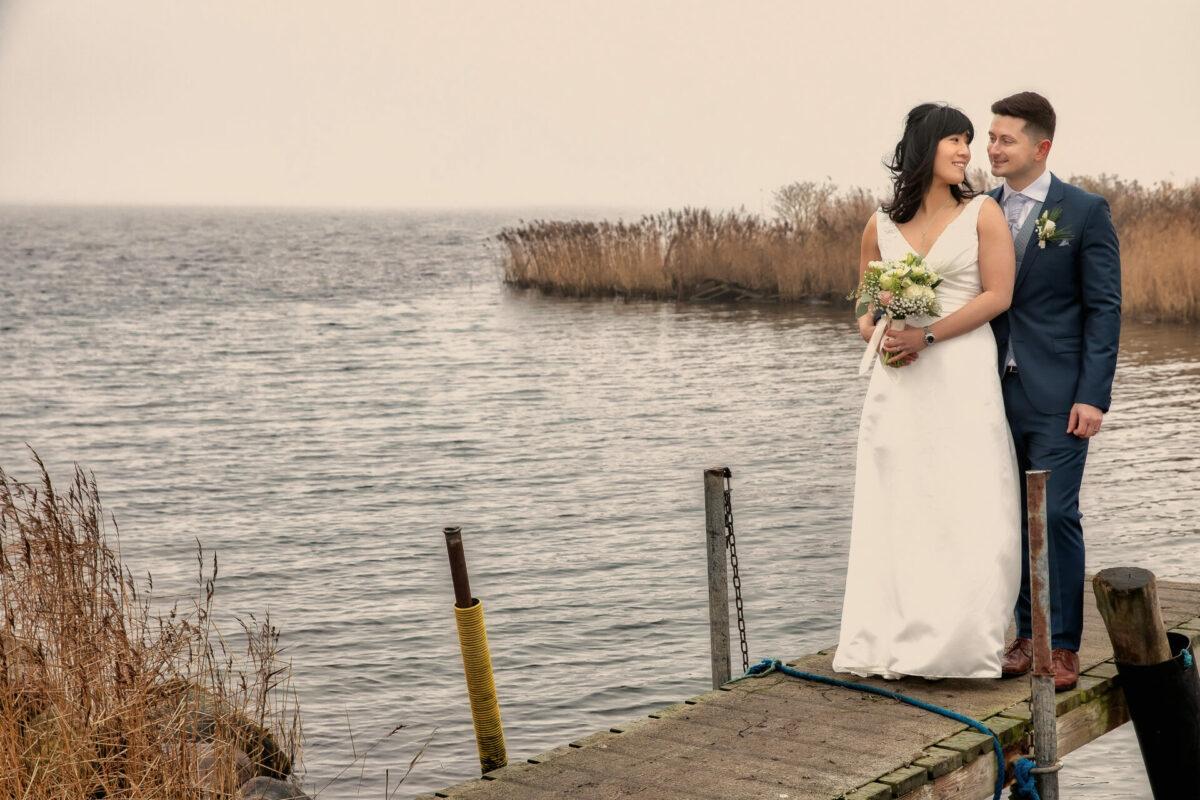 Bryllupsbillede på badebro