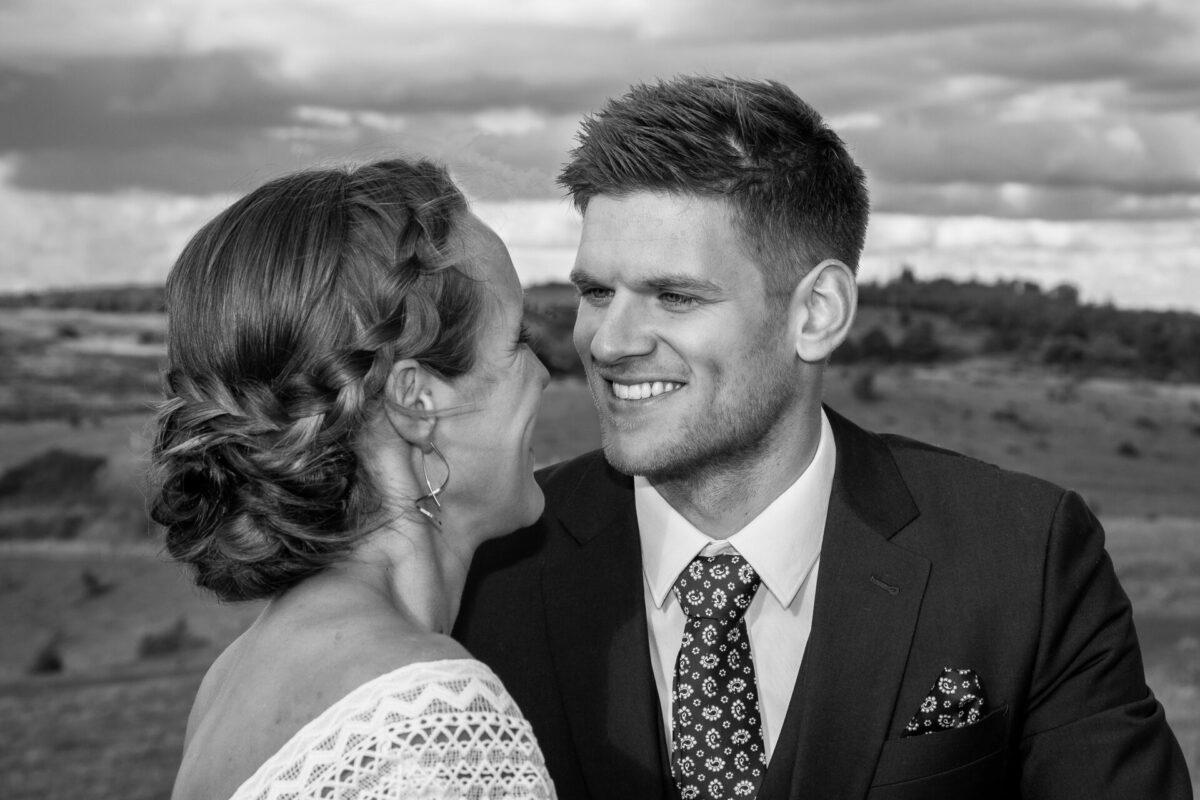 Brudepar kigger hinanden i øjnene