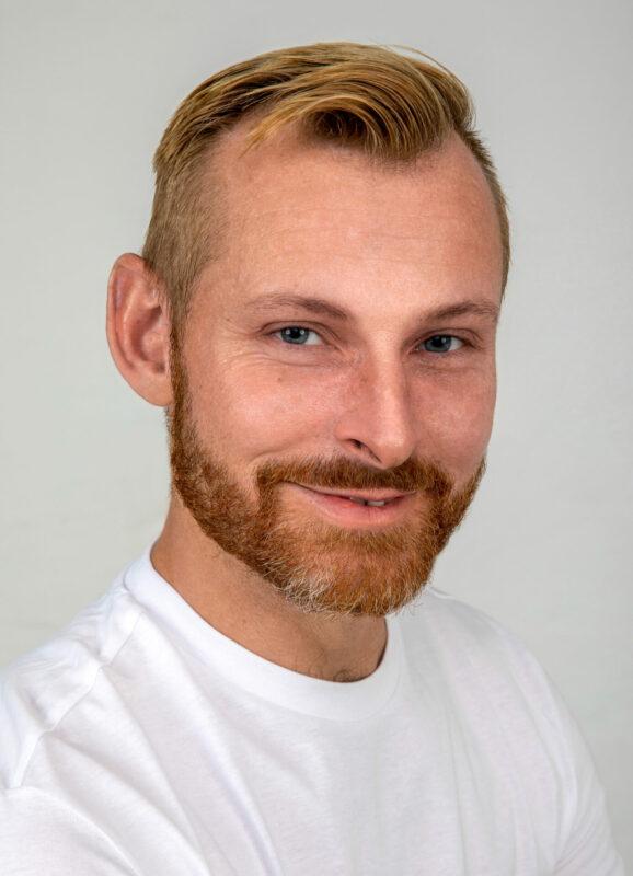 Klassisk portræt af mand i hvid t-shirt