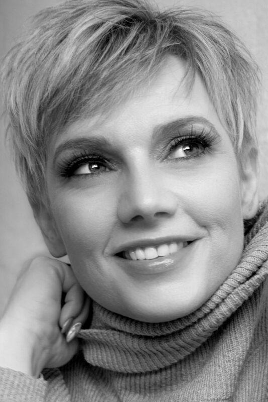Sort hvid billede af kvinde med kort hår