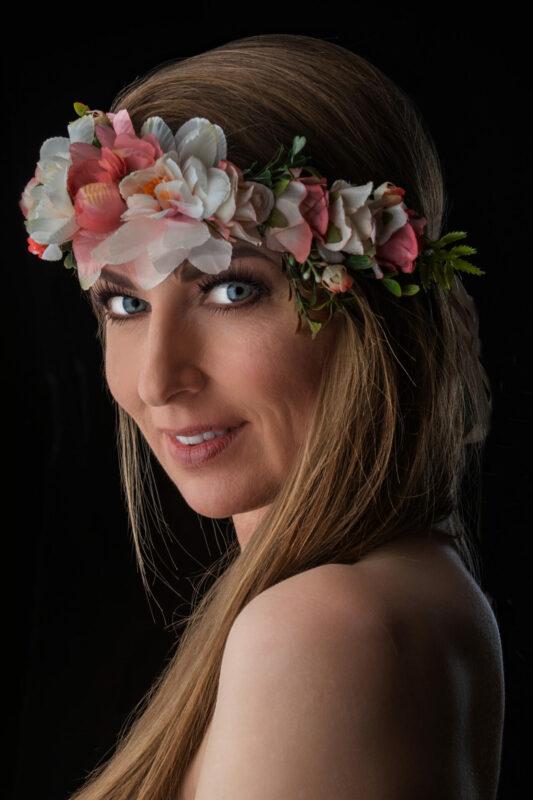 Kvinde med blomsterkrans om hovedet