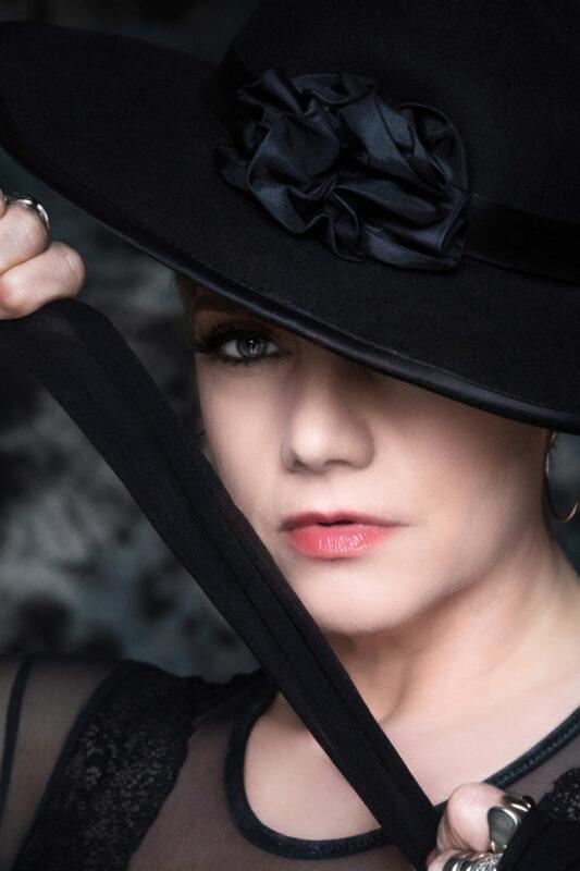 Sensuelt billede af kvinde med stor hatteskygge