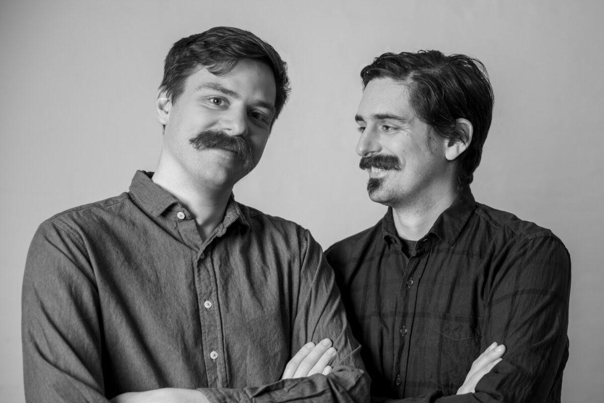 To mænd med store overskæg