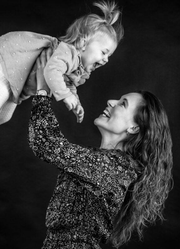 Portrætbillede af mor der løfter datter