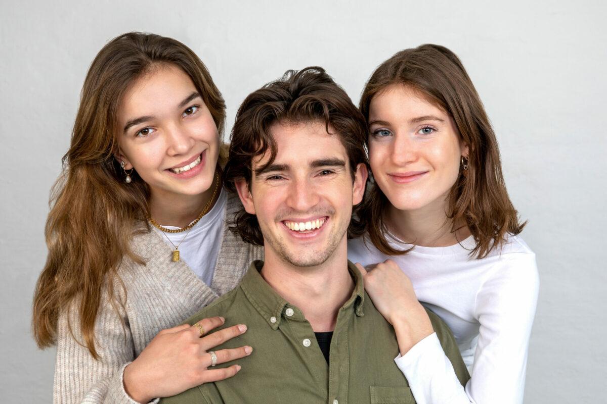 Portrætbillede af to søstre og deres bror