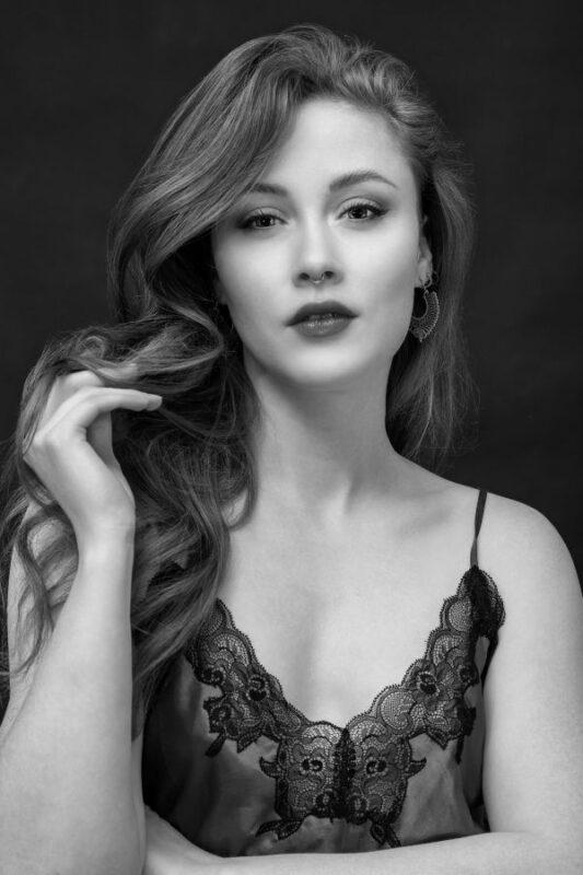 Portrætfoto af kvinde til datingprofil i sort og hvid