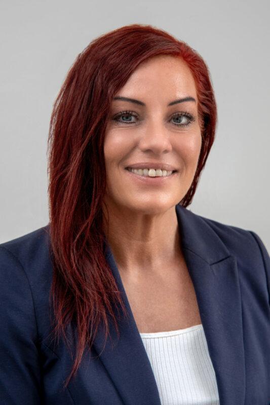 Erhvervsportræt af kvinde med rødt hår