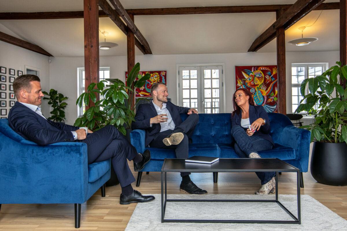 Medarbejdere holder møde i sofagruppe