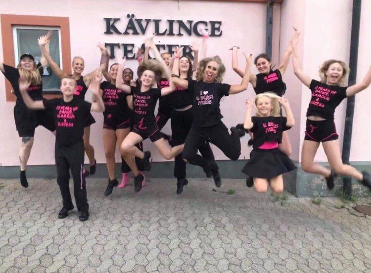 Lina och dansare gör ett glädjehopp framför Kävlinge Teater, det är kursstart vecka 2 2021