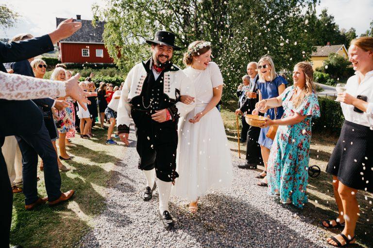 Ingeborg+Mats-konfetti-Jaren, Hadeland, solsikker, bryllup, hagebryllup, bunad, brudgom, brud_24