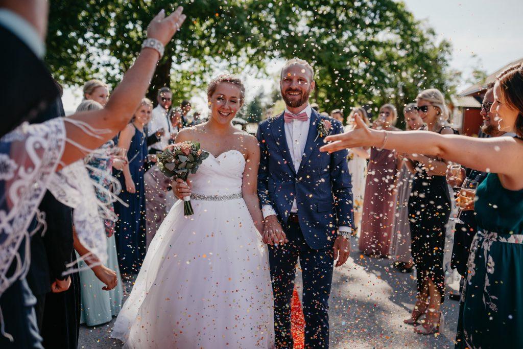 Mari+Stig - konfetti-Jaren, bryllup, hadeland, nes kirke, lunde foto, lundefotobrud_45