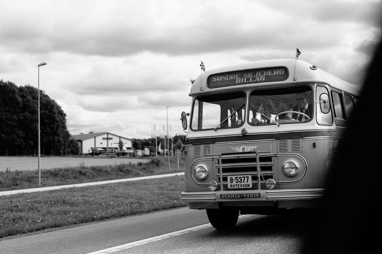 brudefølge på vei til fotograferingen i vintage buss, Bryllup i Moss, Norge