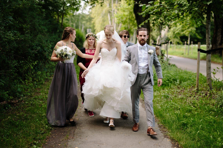 brudefølge på vei til fotograferingen, Bryllup i Moss, Norge