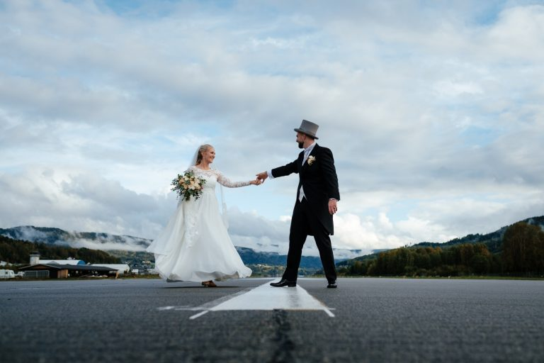 Her er nok et bevis på at regn og tåke kan gi magisk stemning på bryllupsdagen! Høstbryllup i Notodden med låvefest på Hustveitlåven.