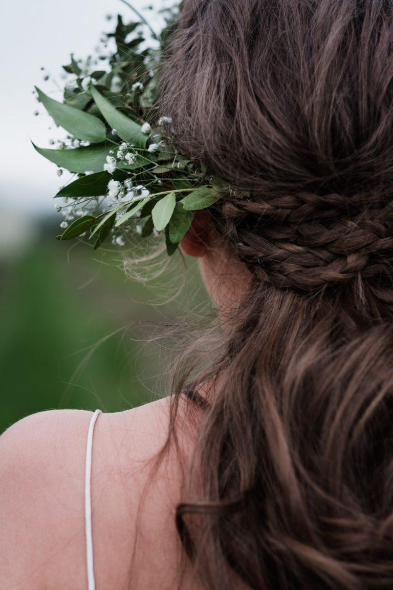 Marianne har på seg en kjole fra Tuva Listau (tuvalistau.com), og blomsterkransen er laget av Bente Bratten