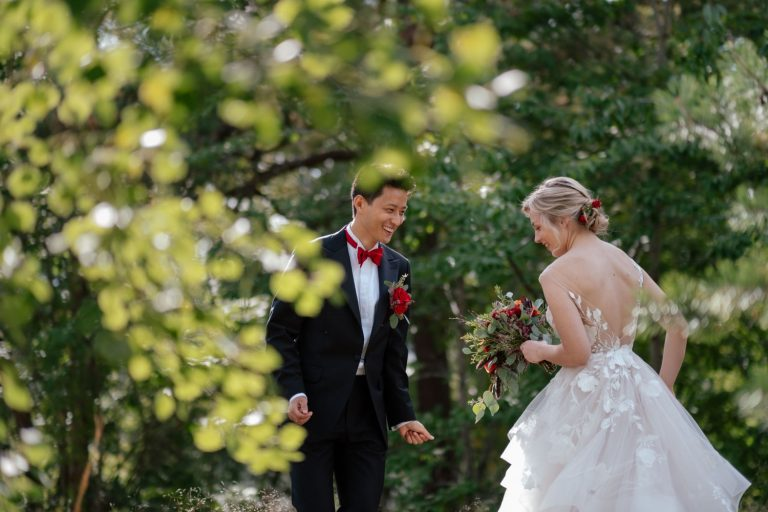 Brudepar danser til musikk under fotograferingen