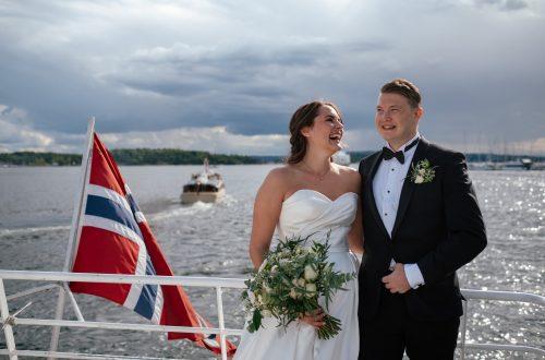 Lene og Marius på vei til Hovedøya for fotografering på bryllupsdagen