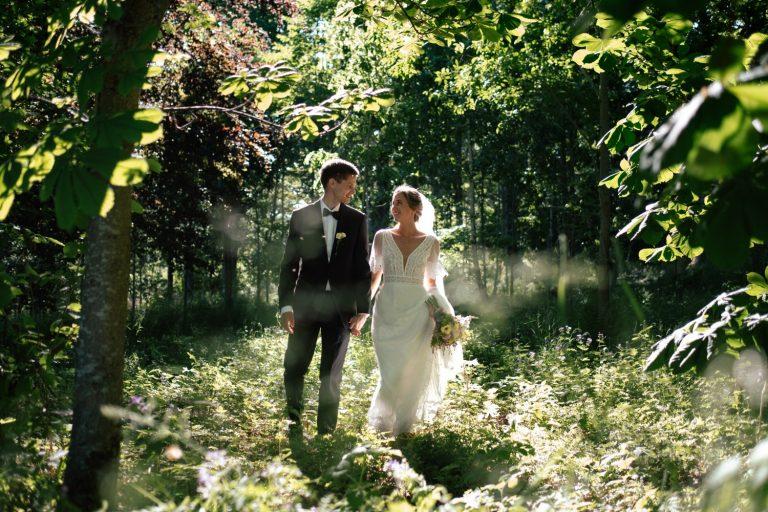 Brudepar i herlig vårsol