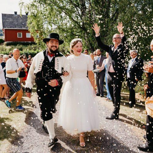 Ingeborg+Mats-konfetti-Jaren, Hadeland, solsikker, bryllup, hagebryllup, bunad, brudgom, brud_23
