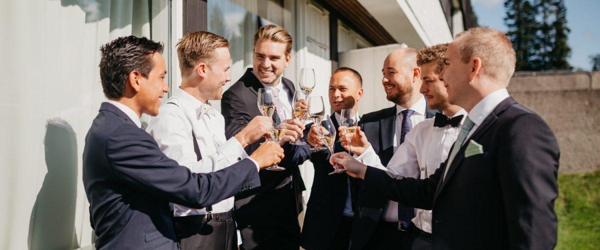 En skål med gutta på bryllupsdagen, a toast with the boys on your wedding day!