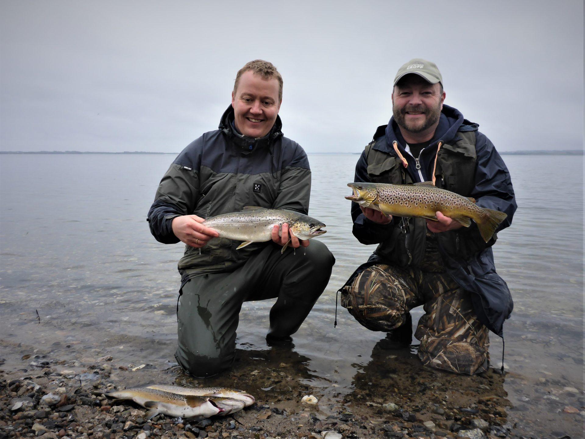 Her ses to lystfiskere med havørreder fra Gudnæs Hage