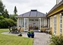 Orangeriet har dobbeltdøre ud til den hyggelige terrasse, der forbinder huset med resten af haven.
