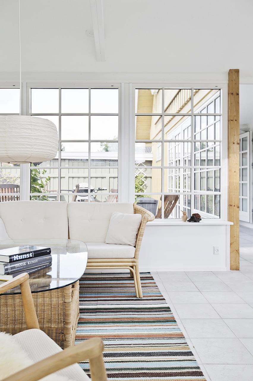 De store vinduer giver en god udsigt til terrassen og haven.