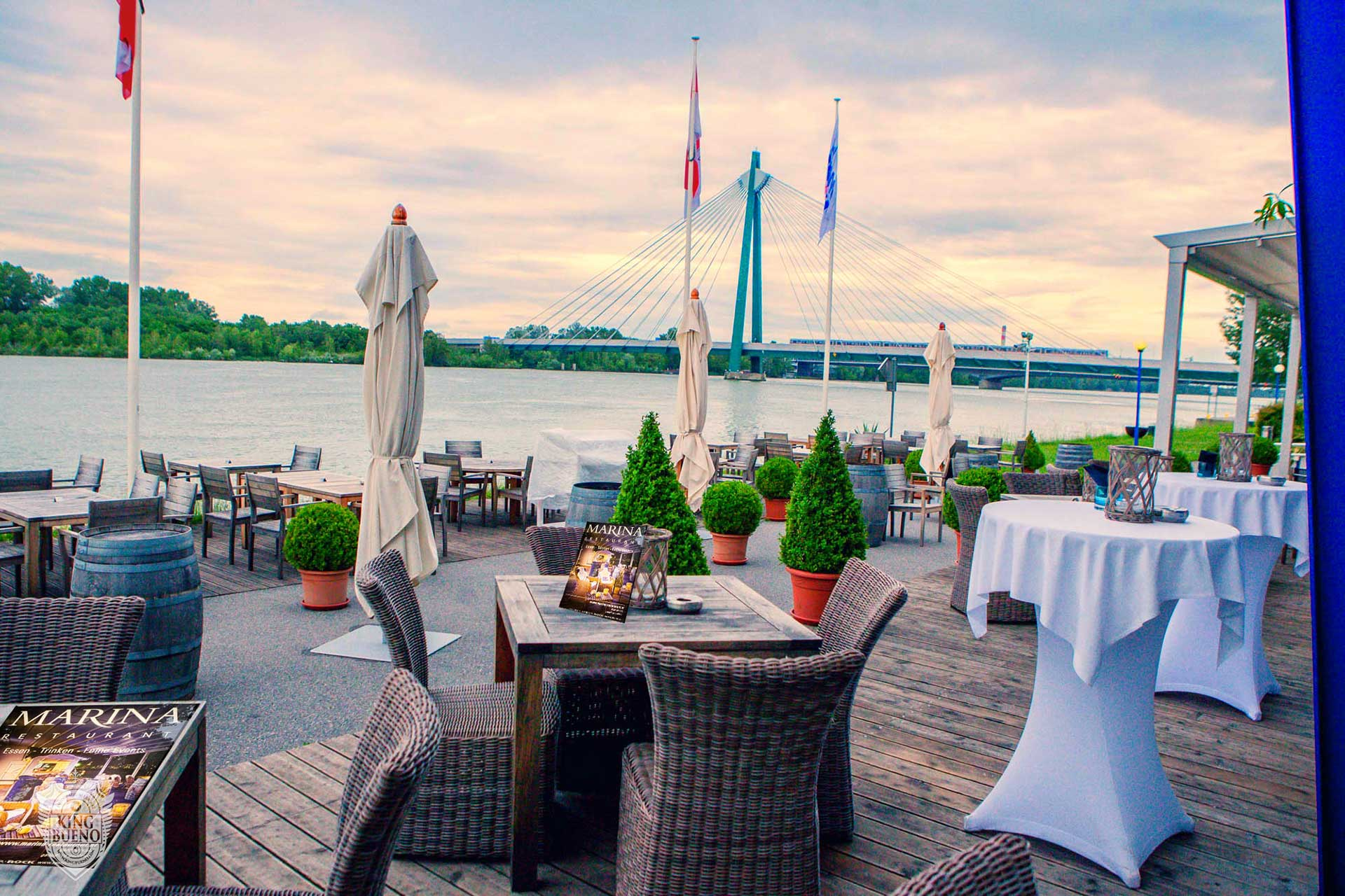 Brautpaar am Ufer der Donau