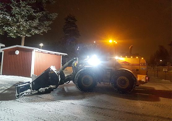 Snöröjning med traktor i Umeå