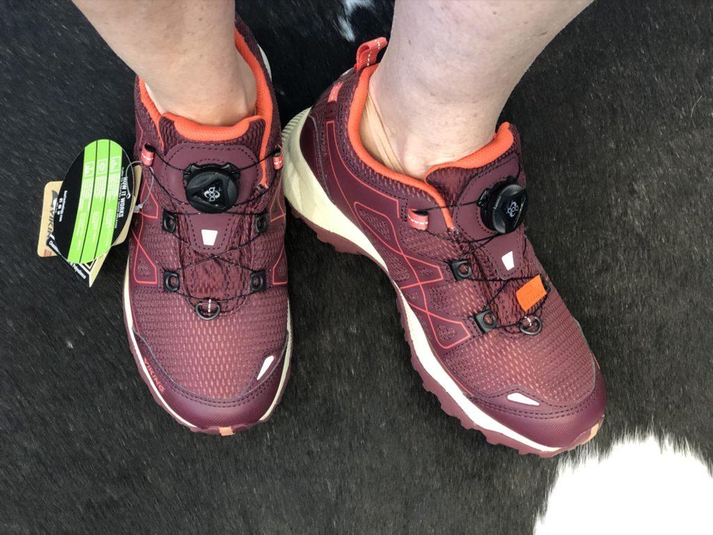 Sko På Flate Gulv Puttes de ned i feil sko over lengre
