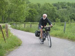 """Frans Vandeginste, oprichter van trekkersgroep """"De Ronsers"""" in volle actie (foto: website www.ronsers.be)"""