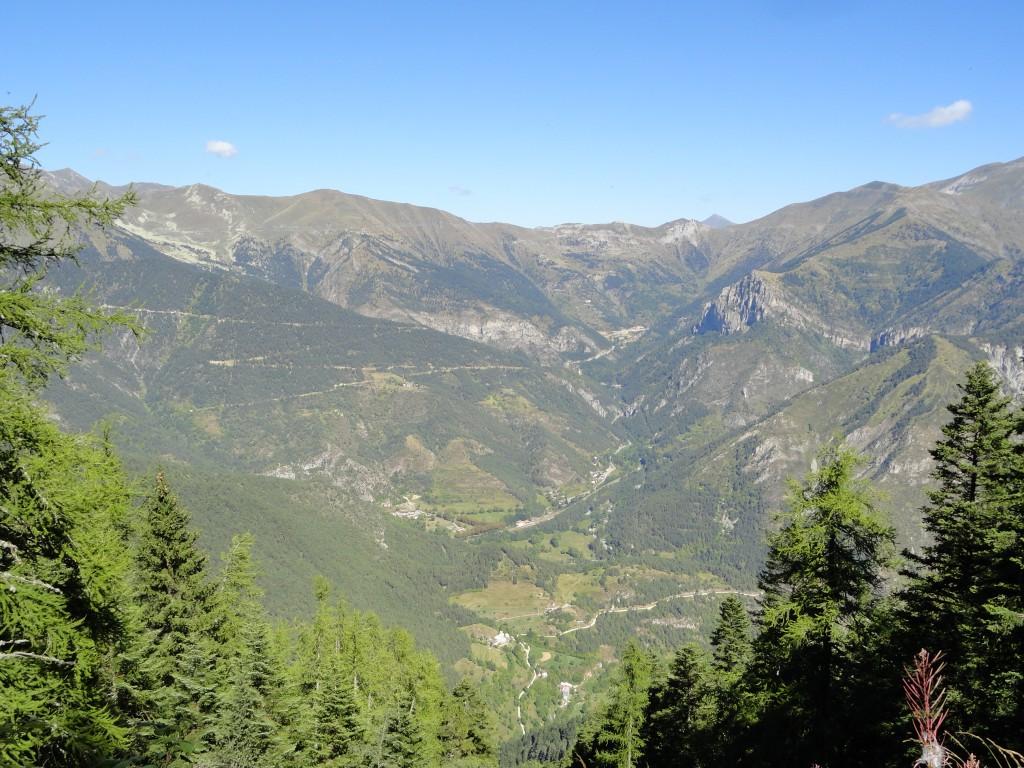 Zicht op Col de Tende, op 1.890 m hoogte, vanop de flanken van de Riba de Berno op 1.850 meter hoogte. Het dorpje Viévola, in de vallei op 990 meter hoogte, is op deze foto net niet zichtbaar.