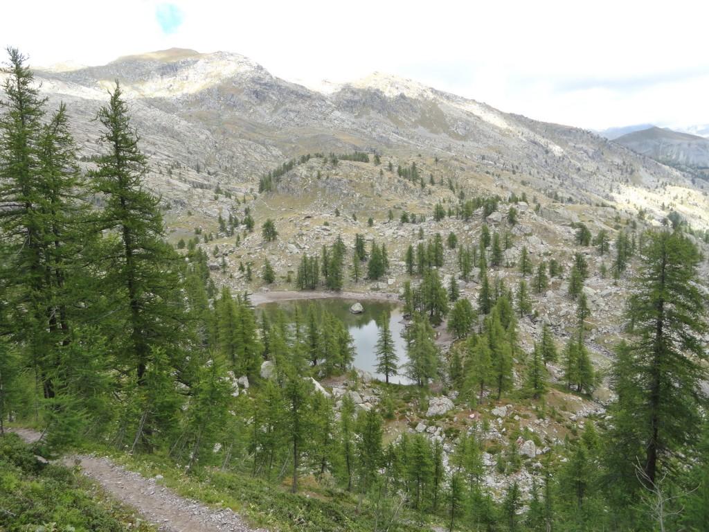 """""""Le Lac Vert de Fontanalbe"""" met daarachter de beschermde site met de rotsgravures."""
