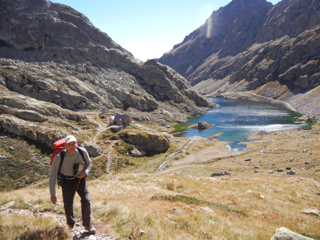 Op deze beide foto's ziet men vrij goed de startplaats van het pad naar de Pas de Pagari: aan de refuge de trapjes naar beneden en eens in de vallei de GR 52 dwarsen en gewoon rechtdoor, de berg steil naar boven.