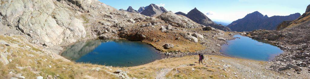 Les Lacs du Mont Clapier. Eenmaal men hier voorbij heeft men geen zicht meer op de vallei. Maar wat men er voor in de plaats krijgt, is minstens even mooi.