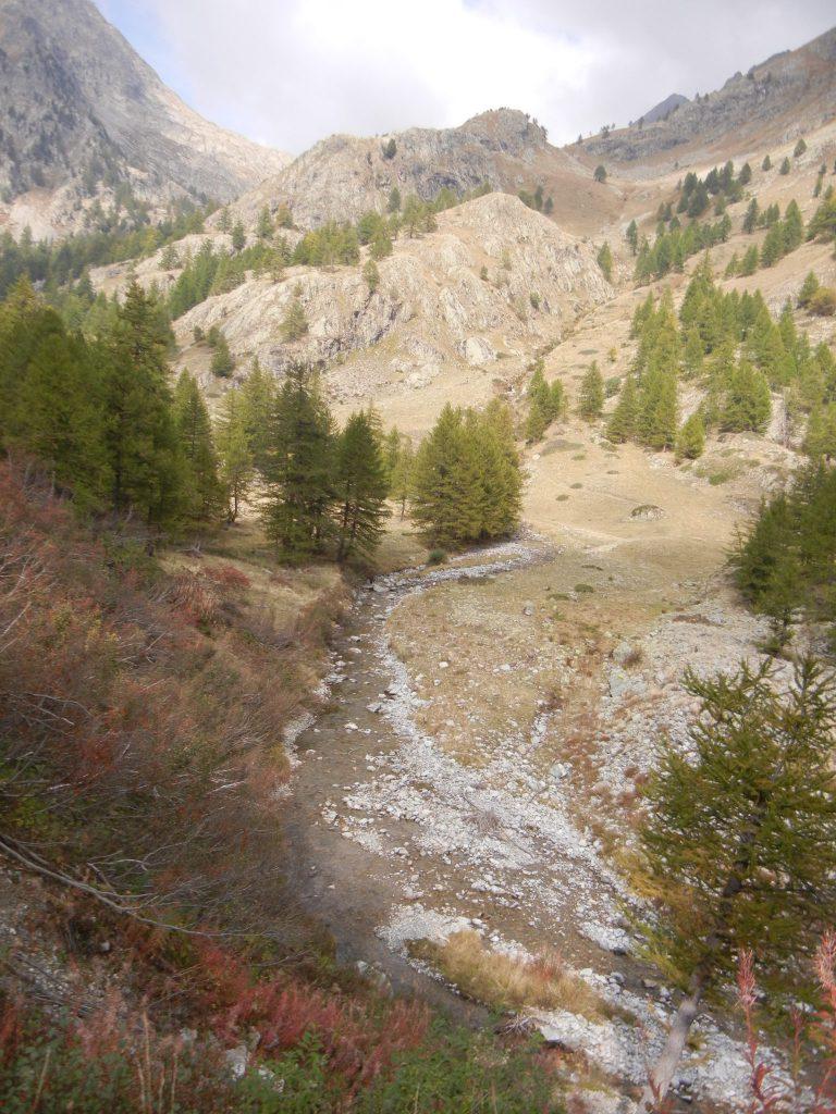 Vanaf merkpunt 393 volgen we het riviertje Valmasque tot in Castérino