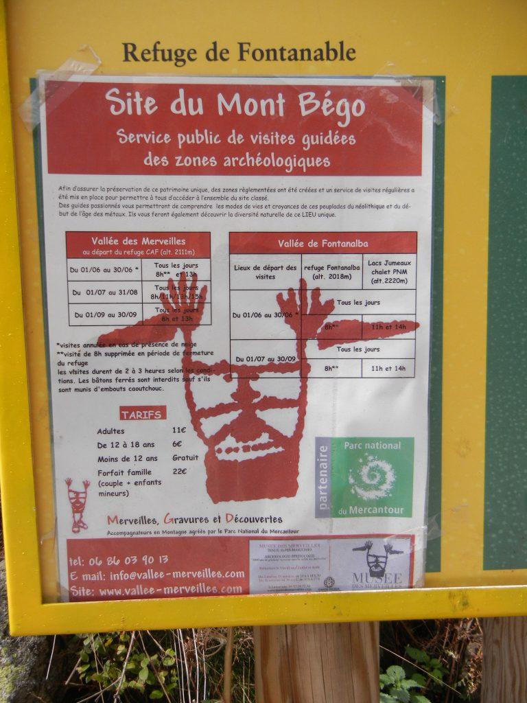 Een informatiebord over de Refuge de Fontanalbe (reeds enige jaren, en tot nader bericht, gesloten) is overplakt met informatie over de beschermde rotsgravures beneden de Mont Bégo, uitsluitend te bezoeken met een gids.