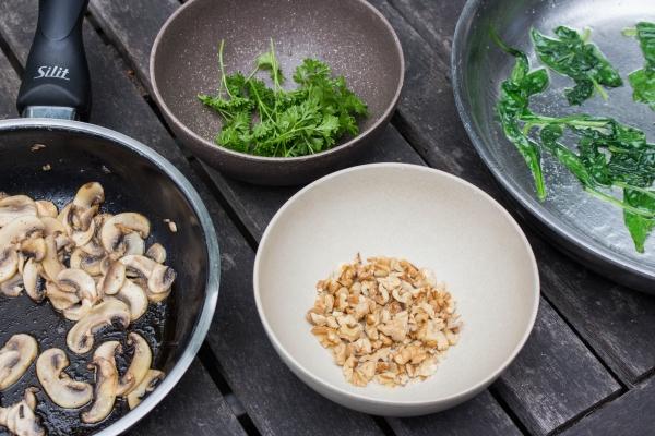 Bak de champignons in een pan en kruid met peper en zout