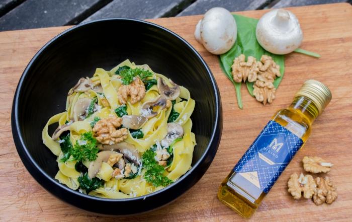Tagliatelle met spinazie, champignons en walnootolie