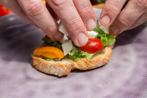 Vul aan met stukjes tomaat en mozzarella