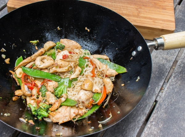 Kook de noedels gaar en voeg toe aan de wok