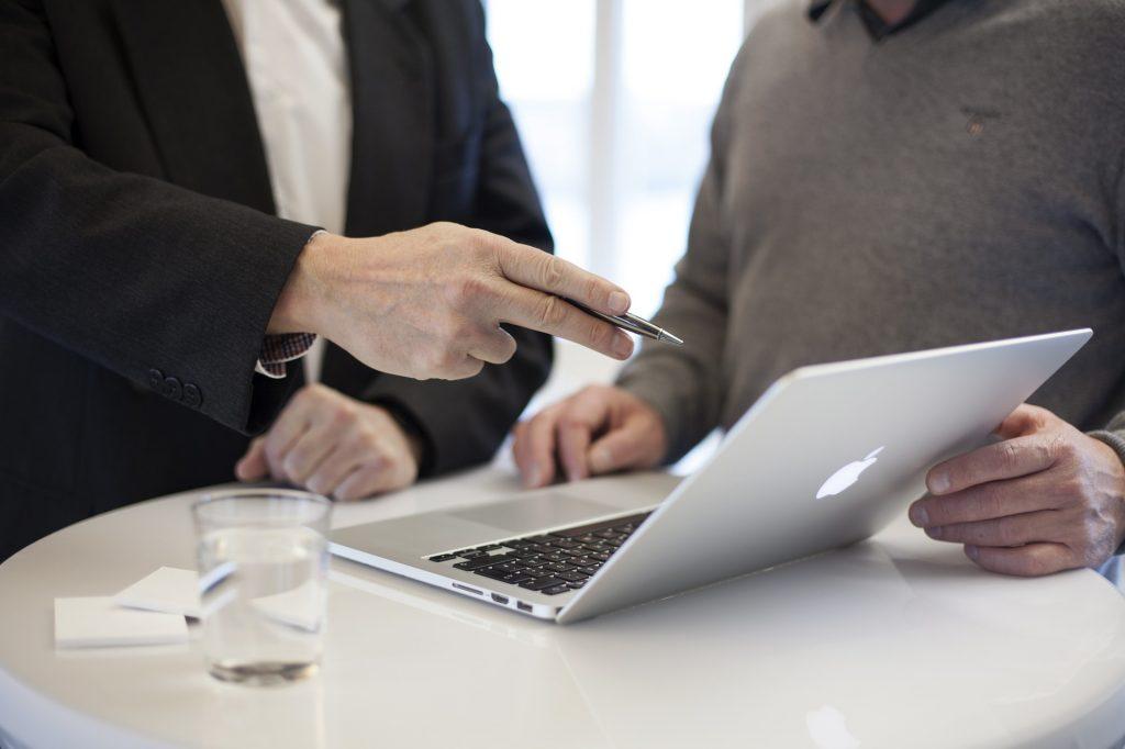 IT-Berater/innen beraten Unternehmen bei der Einführung, Wartung und Weiterentwicklung von IT-Systemen. Es geht um die Innovationen, Verbesserungen, Optimierungen. Würden Sie gerne Ihre Kenntnisse aktualisieren und Ihre Karriere vorantreiben? Wir unterstützen Sie!