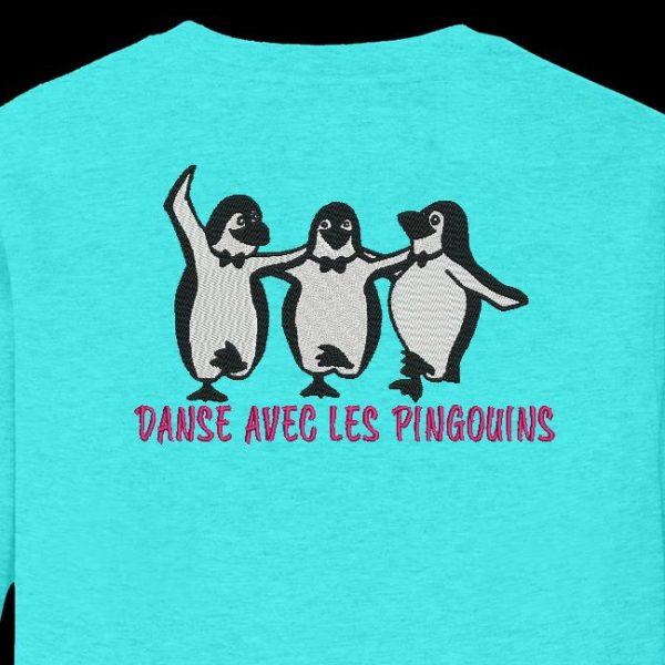 danza con i pinguini Disegno di ricamo a macchina di 3 pinguini che ballano sulla cornice della banchisa 13 x 18/20 x 30 PES, CSD, EXP, HUS, SHV, VIP, XXX, DST, PCS, JEF, VP3, SEW formati di file , EMB ... Download immediato