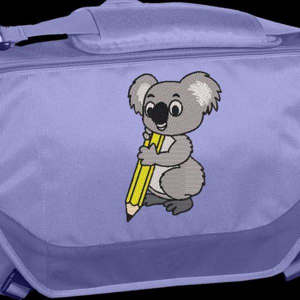 Koala con lápiz. Diseño de bordado automático a máquina de un koala con un lápiz amarillo. Diseño ideal en una mochila o bolso escolar. marco 10 x 10/13 x 18/16 x 26/20 x 30. Formatos de archivo PES, CSD, EXP, HUS, SHV, VIP, XXX, DST, PCS, JEF, VP3, EMB ... Descarga inmediata después de su pago.