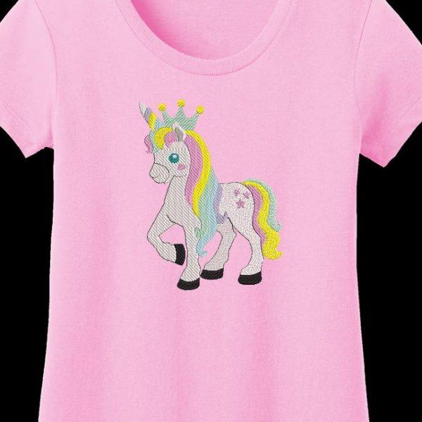 bellissimo unicorno con la sua corona
