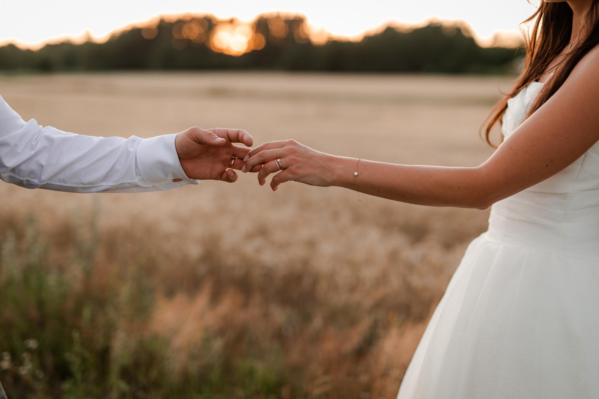 Bröllopsfoto i solnedgången